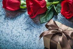 I boccioli di rosa rossi naturali presentano la scatola sulle feste nere co del fondo Immagine Stock Libera da Diritti