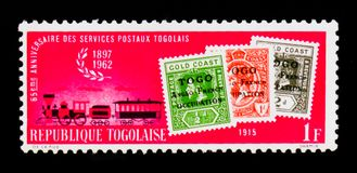 I bolli di 1915 e treno postale del vapore, sessantacinquesimo anniversario del serie togolese di servizi postali, circa 1962 Immagini Stock Libere da Diritti