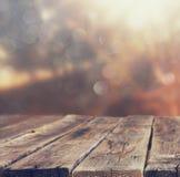 I bordi e gli ambiti di provenienza di legno della natura dell'estate si accendono fra gli alberi Fotografie Stock
