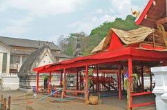 I borggården av en tempel efter ferien Arkivfoton