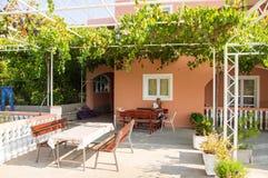 I borggården av ett familjhotell i Montenegro Arkivfoto