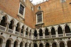 I borggården slott av för den Palazzo Ducale eller doge`en s, Venedig, Italien Arkivfoto
