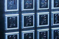 I bottoni dei pavimenti sul pannello nell'elevatore Fotografia Stock