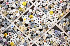 I bottoni di cucito su esposizione in un tessuto comperano Fotografie Stock