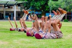 I boycouts della Tailandia praciticing la disciplina ed i buoni modi ed alcuni sono puniti nel campo del soccoer del Th della scu immagine stock