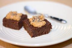 I brownie casalinghi freschi del cioccolato del vegano hanno completato con la collina dell'arachide Fotografia Stock