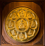 I buddhas dorati hanno allineato lungo la parete del tempio cinese Immagine Stock Libera da Diritti