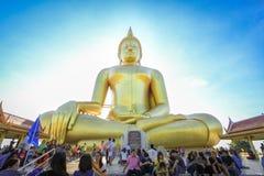 I buddisti adorano la grande statua di Buddha dell'oro immagine stock libera da diritti