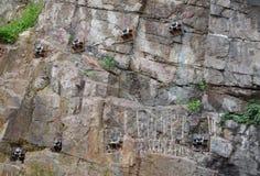 I bulloni d'ancoraggio riparati nella roccia per costruzione dell'edificio Fotografia Stock