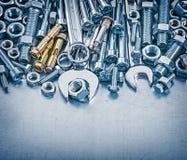 I bulloni d'ancoraggio serrano le chiavi di gancio matte dei dettagli e la chiave piana sopra Fotografia Stock