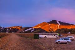 I bus dei turisti e dei ghiacciai hanno coperto il sole di mattina Fotografia Stock