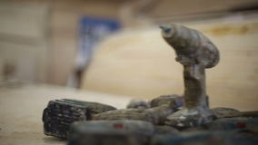 I cacciaviti ricaricabili senza cordone sporchi si trovano in un mucchio stock footage