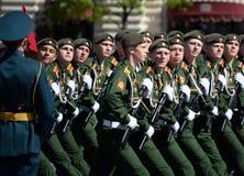 I cadetti di più alta scuola di commando militare di Mosca durante la parata sul quadrato rosso in onore di Victory Day Fotografia Stock