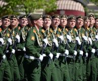 I cadetti di più alta scuola di commando militare di Mosca durante la parata sul quadrato rosso in onore di Victory Day Fotografie Stock