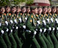 I cadetti di più alta scuola di commando militare di Mosca durante la parata sul quadrato rosso in onore di Victory Day Immagini Stock