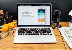 I calcolatori Apple agli ultimi annunci di WWDC della serratura schermano l'IOS Fotografia Stock