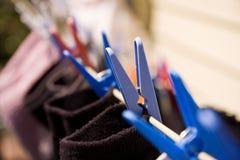 I calzini e le spine che appendono su un lavaggio allineano Fotografie Stock