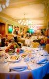 I camerieri preparano la riunione dell'insieme degli ospiti la tabella Fotografia Stock Libera da Diritti