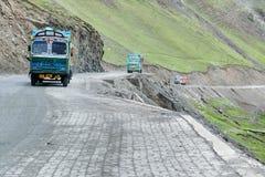 I camion delle merci che passano attraverso la La di Zoji passano, strada principale di Srinagar Leh Fotografia Stock