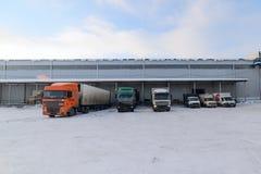 I camion sono sul caricamento al magazzino Fotografia Stock Libera da Diritti
