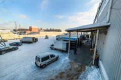 I camion sono sul caricamento al magazzino Immagine Stock