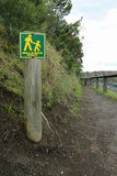 I camminatori gialli e verdi firmano soltanto su una pista stretta Immagine Stock