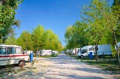 I campeggiatori hanno parcheggiato in un campeggio, Italia Fotografia Stock Libera da Diritti