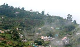 I campi dell'agricoltura e le case impilate costruiti e gli alberi sul kodaikanal visitano il posto immagini stock libere da diritti