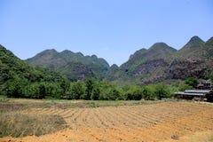 I campi ed il fiume in villiage di bama, il Guangxi, porcellana fotografia stock