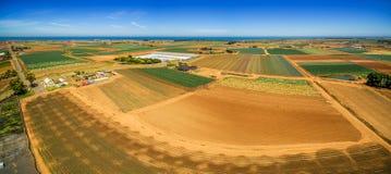 I campi ed i raccolti arati si avvicinano alla linea costiera dell'oceano Fotografie Stock