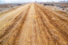 I campi rurali dell'inverno allungano nella distanza sulla strada Fotografia Stock