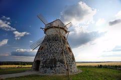 i campi si avvicinano al mulino a vento della segale Fotografia Stock