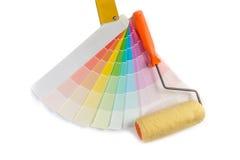 I campioni colorati per scelgono il campione della pittura ed il rullo di pittura sui precedenti bianchi Fotografia Stock Libera da Diritti