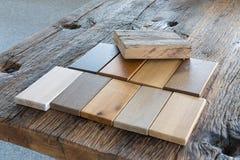 I campioni dei generi differenti di legno in una mobilia comperano Fotografia Stock Libera da Diritti