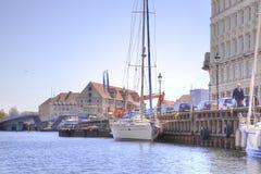 I canali sono in città Copenhaghen Immagine Stock