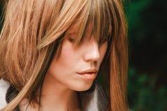 I capelli coprono gli occhi del ` s della ragazza fotografie stock
