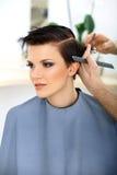 I capelli di Cutting Woman del parrucchiere nel salone di bellezza. Taglio di capelli fotografia stock