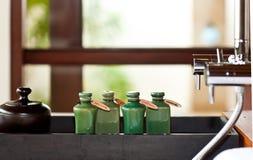 I capelli ed il corpo si preoccupano i prodotti in stanza da bagno Fotografie Stock Libere da Diritti