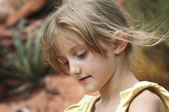 I capelli Wispy della bambina saltano nella brezza fotografie stock