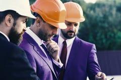 I capi con la barba ed i fronti premurosi discutono il piano Fotografie Stock Libere da Diritti