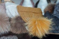 I cappelli della lana di modo immagazzinano la sala d'esposizione per le donne Immagine Stock