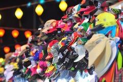 I cappelli graziosi sono per la vendita in un mercato locale di notte nel Vietnam Immagini Stock
