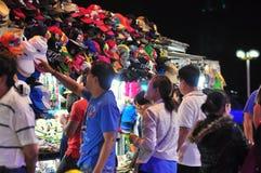 I cappelli graziosi sono per la vendita in un mercato locale di notte nel Vietnam Fotografie Stock Libere da Diritti