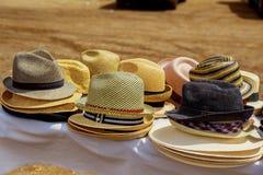 I cappelli visualizzano per la vendita in un mercato di strada Fotografia Stock