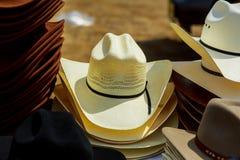 I cappelli visualizzano per la vendita in un mercato di strada Fotografie Stock Libere da Diritti