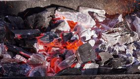 I carboni brucianti per il barbecue grigliano, lasso di tempo video d archivio