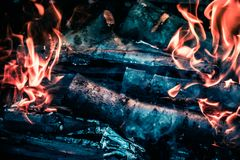 I carboni caldi luminosi ed il legno bruciante in bbq grigliano il pozzo Ardore e carbone ardente, barbecue, fuoco rosso e cenere Fotografia Stock