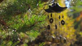 I carillon di vento del primo piano che ondeggiano nel vento all'autunno fanno il giardinaggio con il suono stock footage