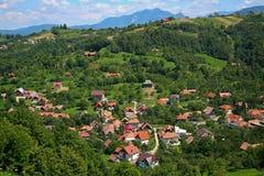By i Carpathian berg Royaltyfri Foto