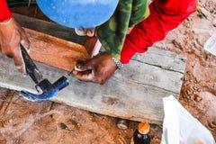 I carpentieri stanno decorando le componenti della porta pronte a sviluppare una casa immagini stock libere da diritti